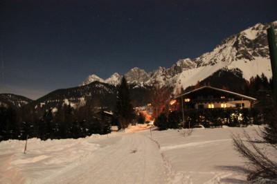 Wieczorny widok z okna na szczyty Dachstein