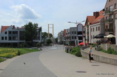 Ulica łącząca kładkę prowadzącą od mariny oraz centrum miasta - zaprojektowana również z rozmachem, jednak realizacja się przedłuża