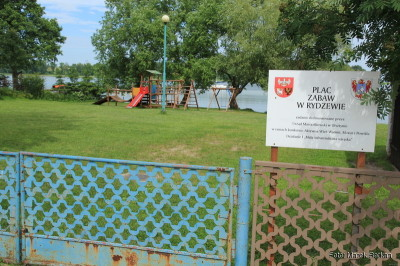 Plac zabaw zlokalizowany dwie posesje od mariny, w tle widać Niegocin i pomost