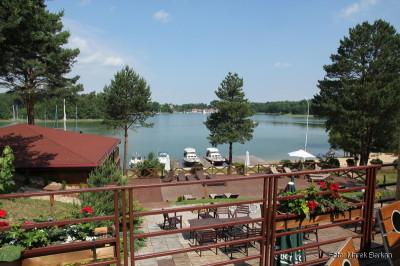 Widok na jezioro z tarasu hotelowego