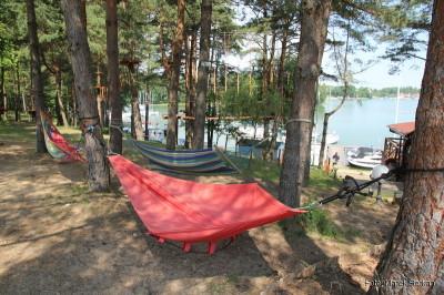 Hamaki z pięknym widokiem na jezioro - do dyspozycji gości hotelu i portu