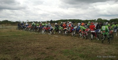 Zawodnicy dobiegają do motocykli…