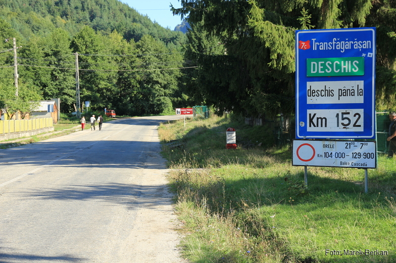 Droga Transfogaraska (7C) - tablica informująca że m.in. droga jest zamknięta w nocy