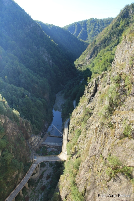 Droga Transfogaraska (7C) - dolina rzeki Ardżesz tuż pod zaporą