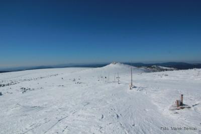 Widok spod wieży telewizyjnej na Łabski Szczyt i Szrenicę