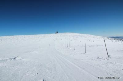 Czerwony szlak w kierunku wieży telewizyjnej przy Śnieżnych Kotłach