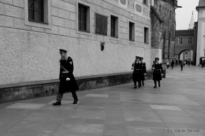 Zmiana honorowej warty przez Pałacem Królewskim