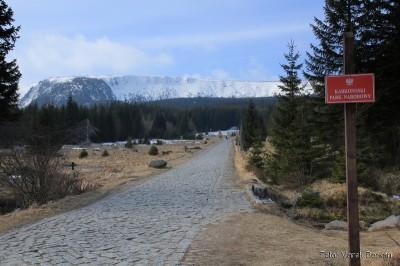 Widok na główną grań Karkonoszy spod Polany (skrzyżowanie zielonego i niebieskiego szlaku)