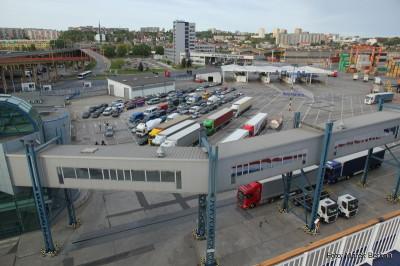 Gdynia - samochody oczekujące na wjazd na prom