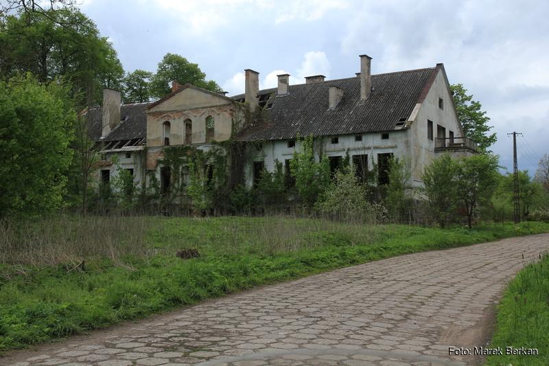 Opuszczony budynek w miejscowości Dąbrówka