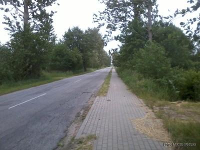 Droga z Karwi do Karwińskich Błot z chodnikiem