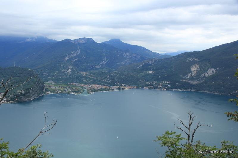 Jezioro Garda, na drugim brzegu miejscowość Torbole