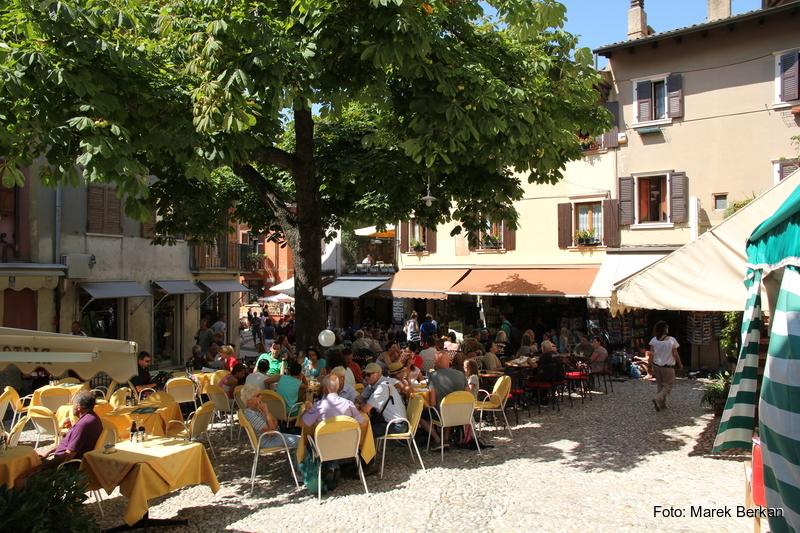 Rynek jednej z miejscowości nad jeziorem Garda