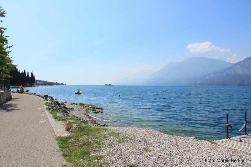 Ścieżka rowerowo-piesza nad jeziorem Garda