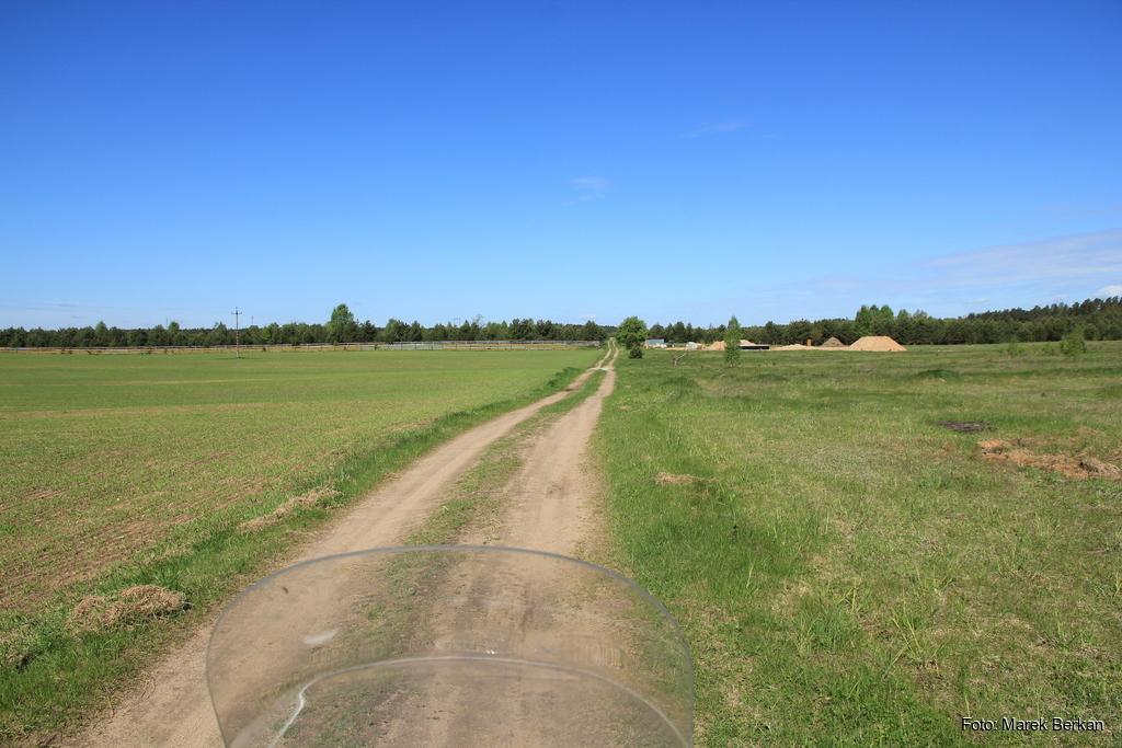 Krótka droga polna na północ od miejscowści Gawrych-Ruda
