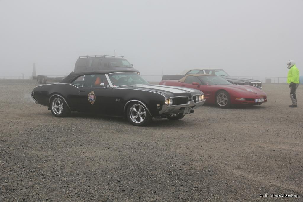 Wycieczka miłośników amerykańskich samochodów