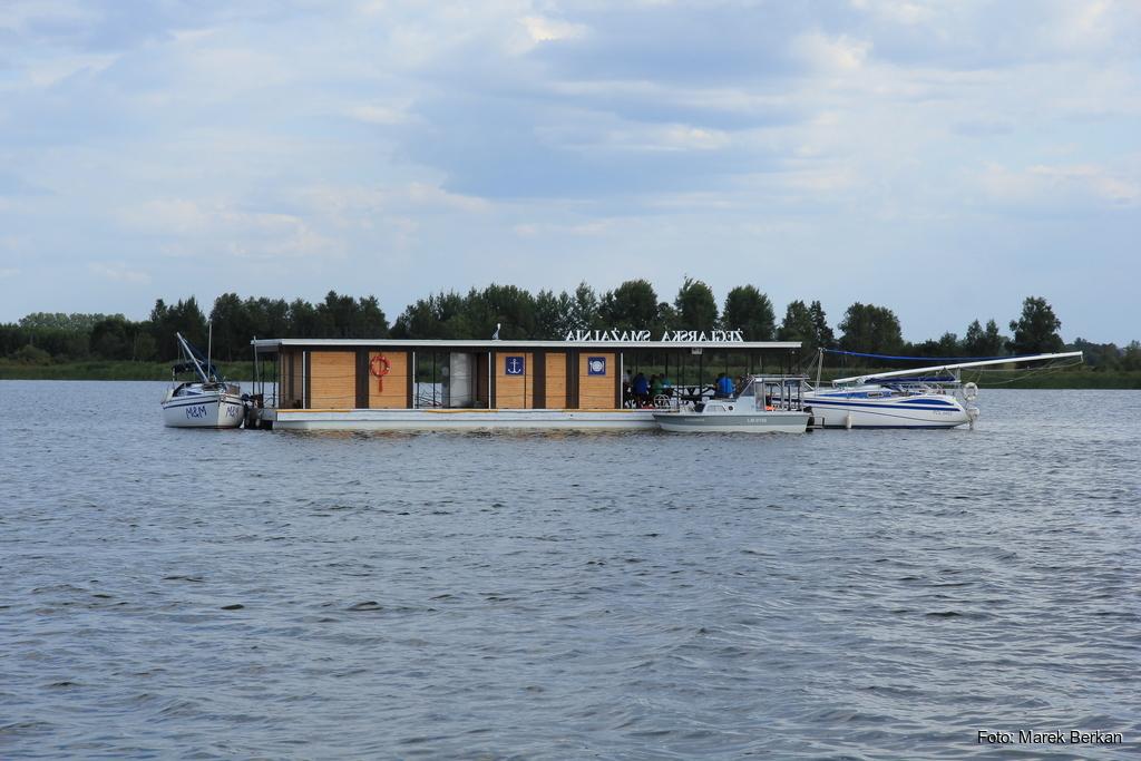 Pływająca restauracja na jeziorze Szymon