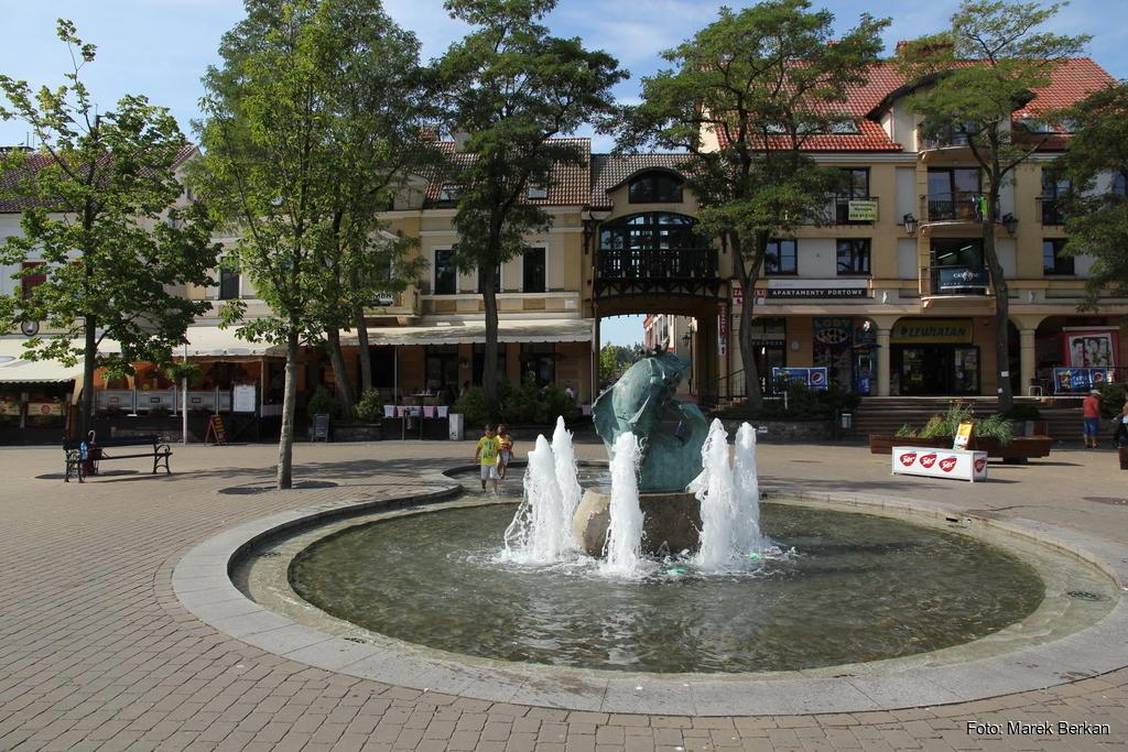 Mikołajki - fontanny na rynku