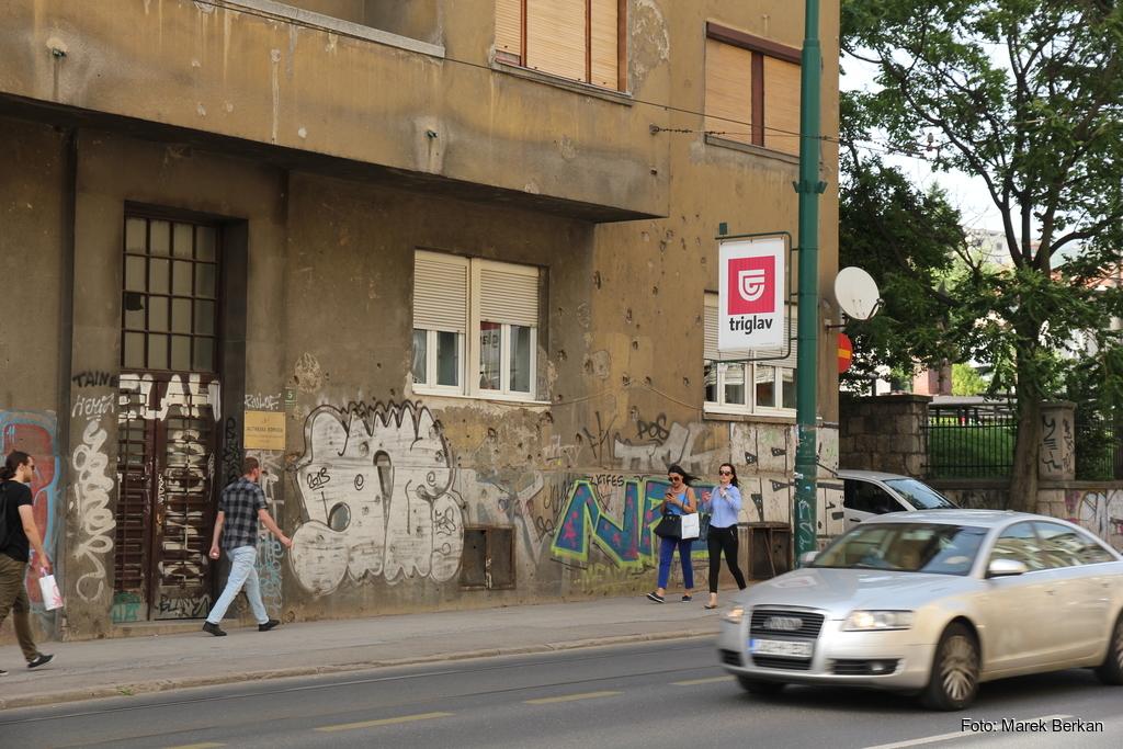Sarajewo - nadal widoczne ślady po niedawnej wojnie