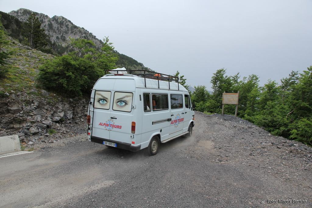 SH21: przełęcz w drodze do Theth - busy nie zawracają (2016)