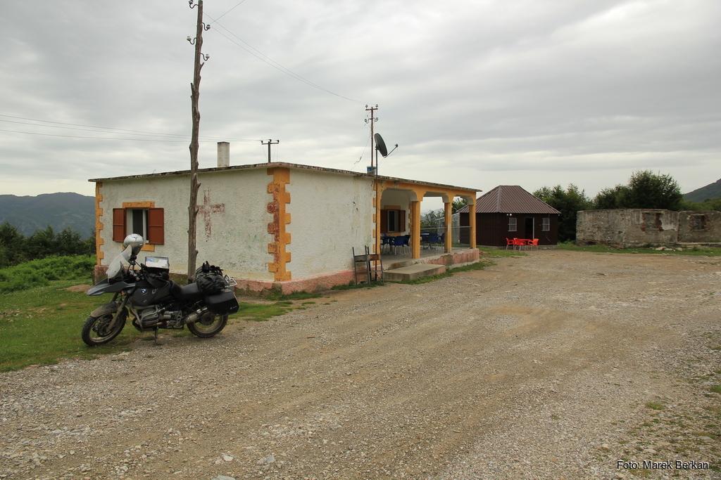Droga z Theth do Prekal - restauracja pośrodku niczego - mekka off-road'owców (2016)