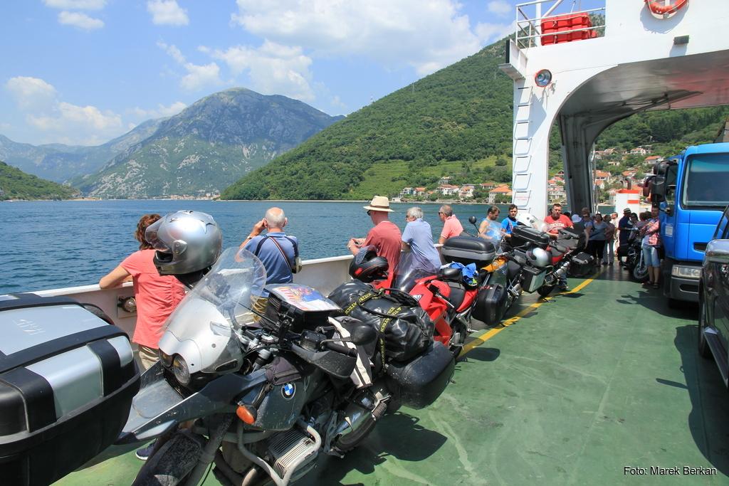 Czarnogóra - prom przy Zatoce Kotorskiej