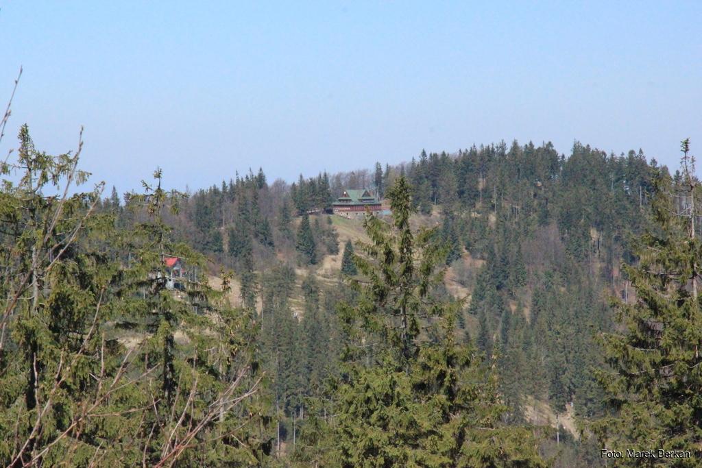 Widok na schronisko Stożek z czerwonego szlaku