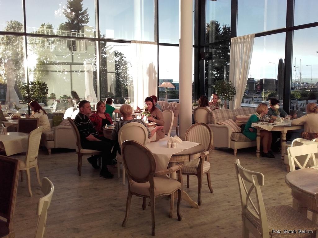 Wnętrze dobrej restauracji przy bulwarze w Petrozawodsku