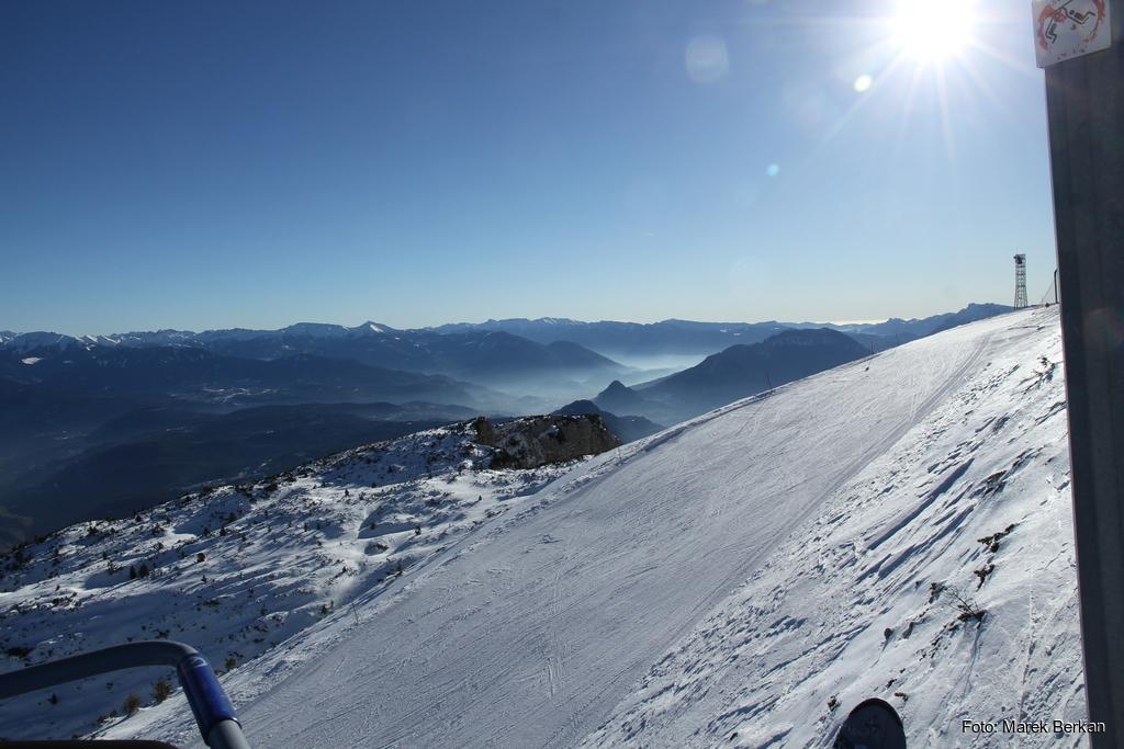 Paganella - widok na dolinę na południowy wschód i smog nad Trydentem