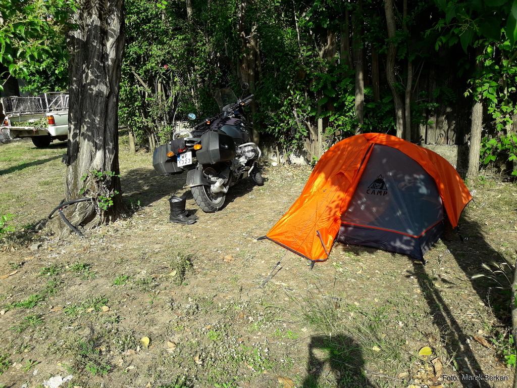 Nocowanie pod namiotem