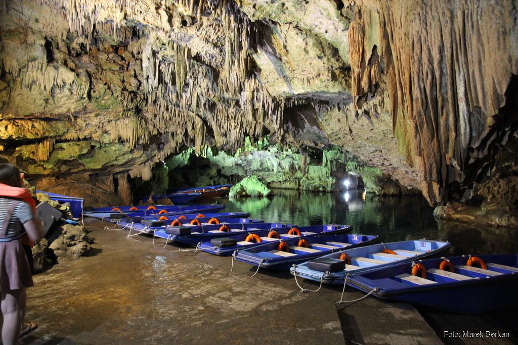 Jaskinia Diru - łodzie
