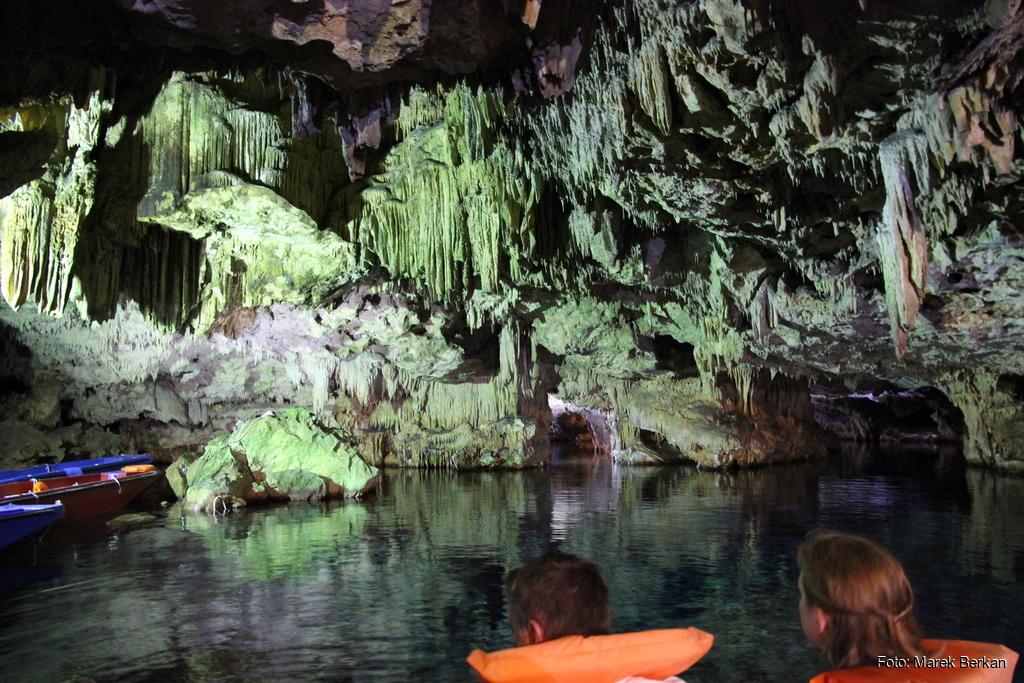 Jaskinia Diru - trasa turystyczna pokonywana łodzią