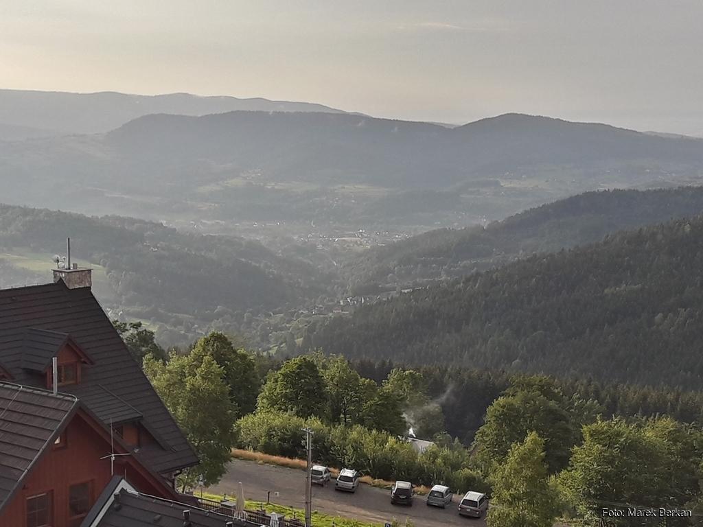 Widok z wieży widokowej przy Hotelu Beskidzki Raj