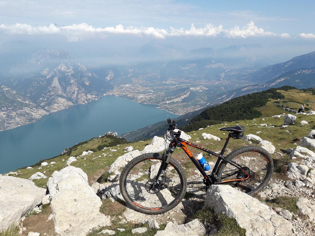 Widok na RIva del Garda spod szczytu Altissimo
