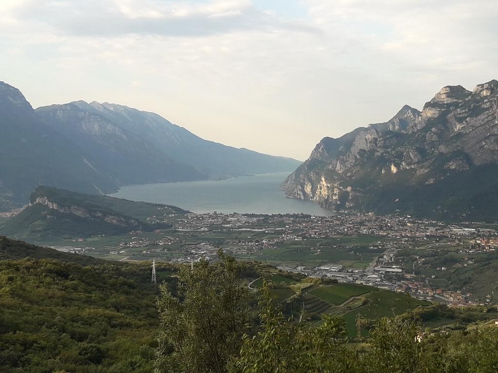 Widok na jezioro Garda z podjazdu na przełęcz