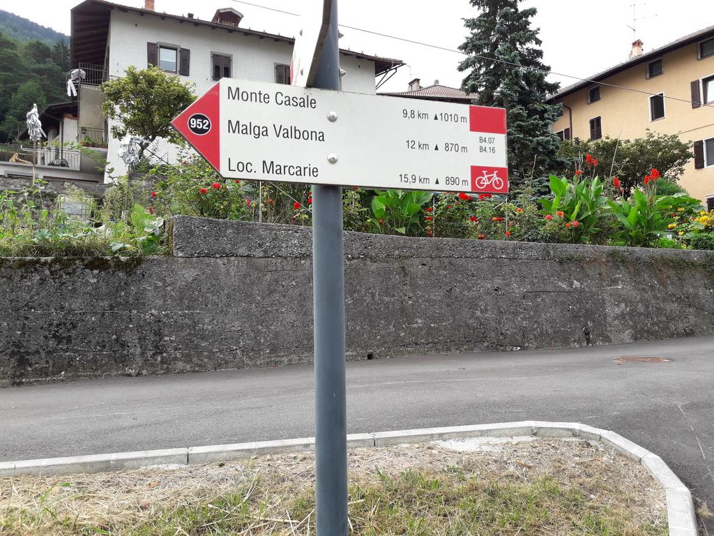 Comano, tu się zaczyna właściwy podjazd na Monte Casale